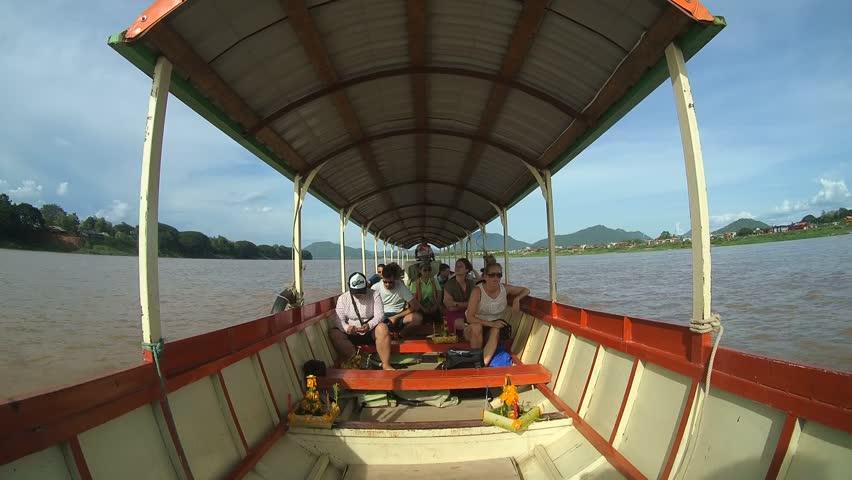 путешественник проплыл на лодке