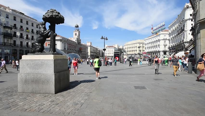 The statue of bear and strawberry tree on puerta del sol for Km 0 puerta del sol