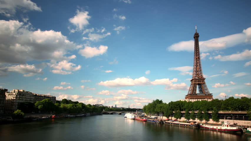 Timelapse with Eiffel Tower and boats on the Seine