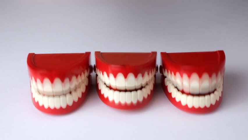 Line of clacking toy teeth