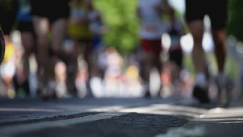 marathon runners close shallow DOF