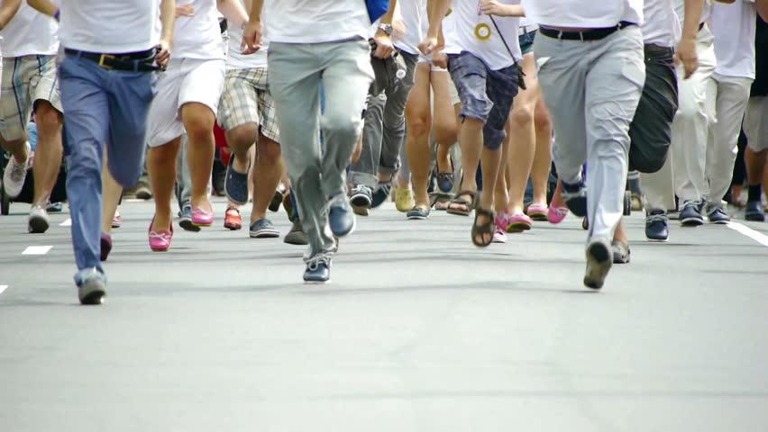 HD - People run in the summer